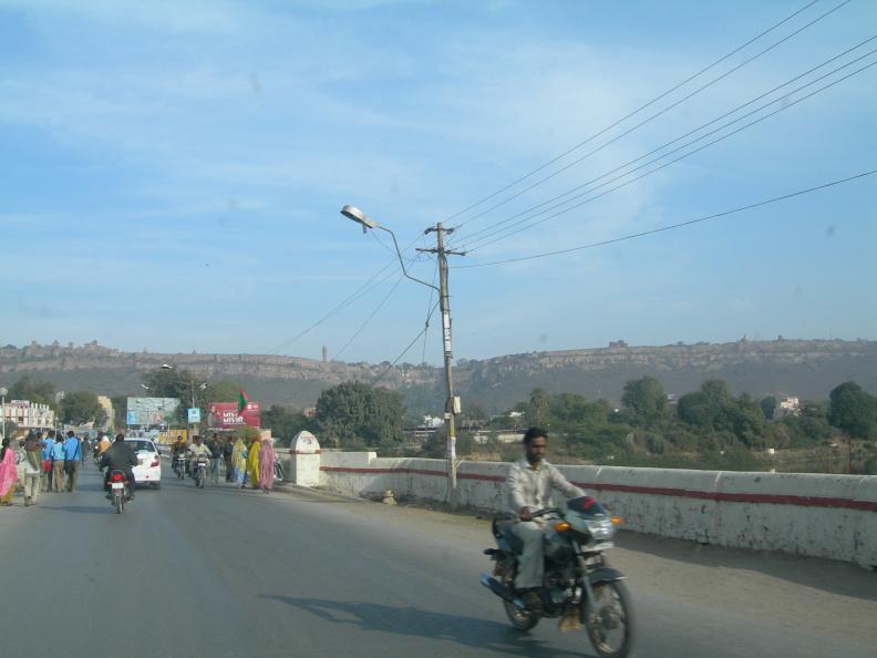 Chittaurgarh -- Tohle strašlivé jméno neumím ani vyslovit. Jmenuje se tak městečko v Rajasthanu, které jedeme navštívit, protože mám jeden den nuceného volna. Na městečku by toho moc zajímavého nebylo, nebýt toho, že se nad ním tyčí pevnost stejného jména, největší pevnost v Indii. Při vjezdu do města dělám fotku, ale hradby pevnosti na kopci nad městem se mi do záběru nevejdou ani zdaleka.