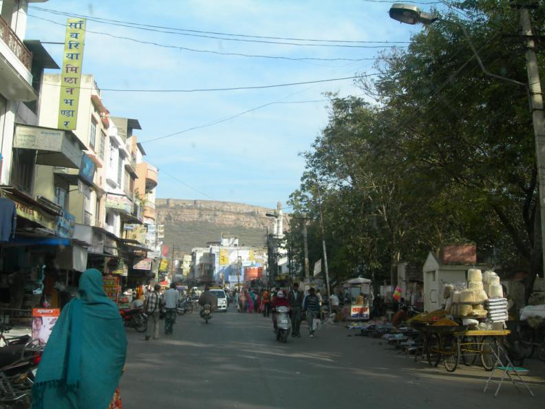 Chittaurgarh 2 -- Na hlavní třídě vidím jen samé taxíky a motorky, takže sem nejspíš auta nesmějí. My jsme tam vjeli omylem když jsme hledali cestu k pevnosti.