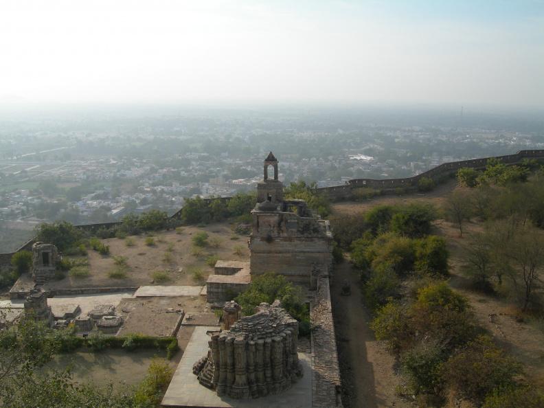 Pohled z věže 1 -- Tohle je pohled na chrámy sousedící s věží. Nepamatuji si, kolik chrámů se v pevnosti celkem nachází, ale určitě to bylo několik desítek.