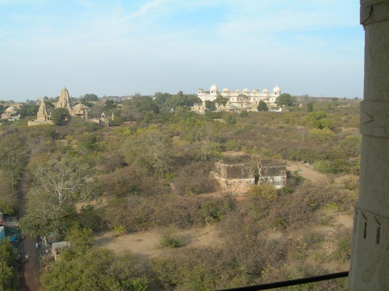 Pohled z věže 3 -- Bílý palác v pozadí je muzeum, které navštívíme jako poslední.