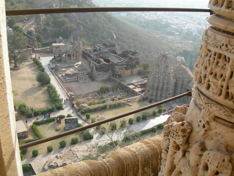 Pohled z věže 4 -- V nejvyšším patře věže se špatně fotí vzhledem k ocelovým prutům, zabudovaným jako zábrany proti padání turistů, kteří by snad prolezli mřížemi na ochoz. Jak v Indii bývá zvykem, dojem z prohlídky kazí odpadky, které se za mřížemi na ochozu vrší, ale na tomhle obrázku nejsou vidět.