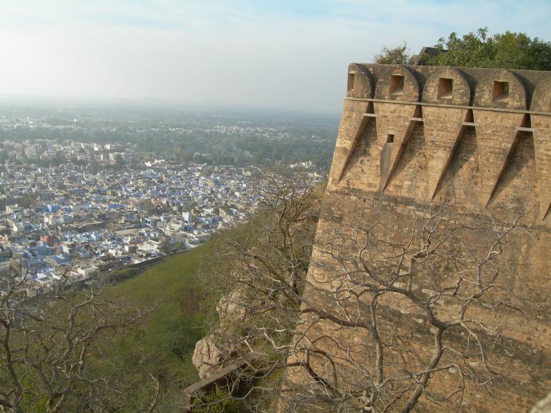 Hradby nad městem -- Nebýt pevnosti, městečko dole by nebylo nijak zvlášť zajímavé. Pevnost ale přitahuje turisty a ti přinášejí peníze. Z výšky je dobře vidět, jak jsou malinké domečky nahuštěné na sobě.