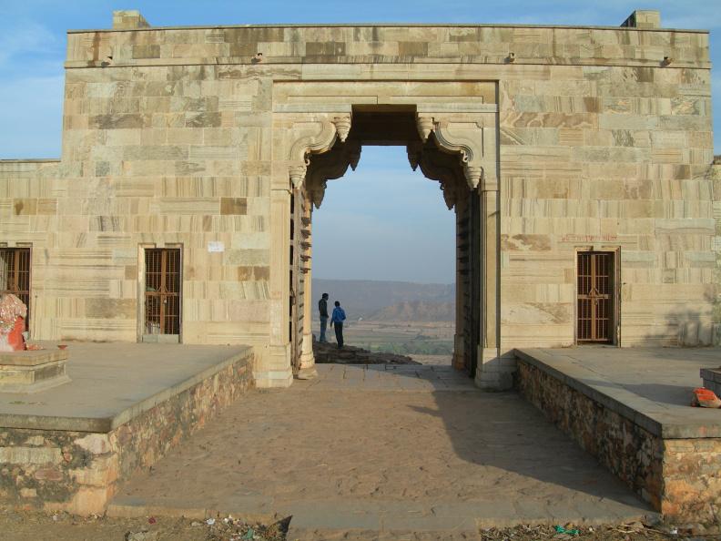 Východní brána -- Hlavní vstup do pevnosti vede od města, tedy od západu. Odtud jsme také přijeli. Tady je druhý přístup od východu.