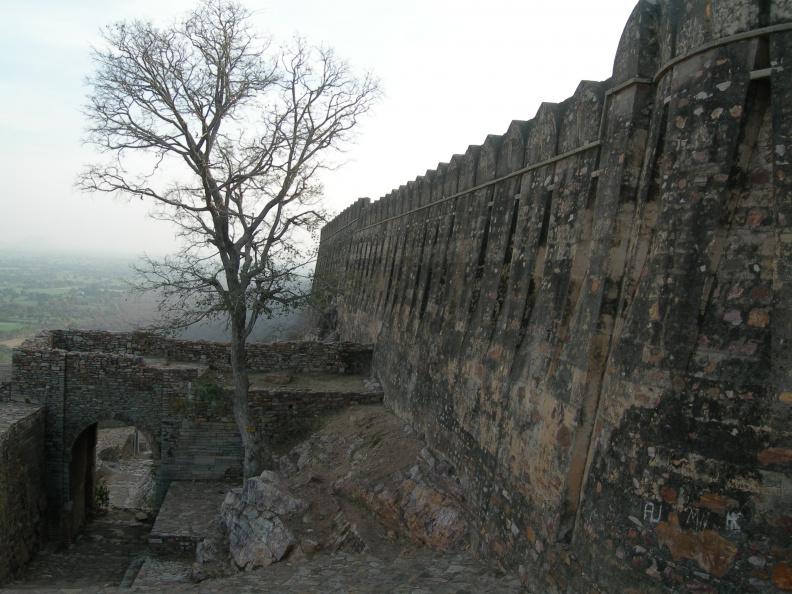 Hradby pod východní branou -- Hradby pod v