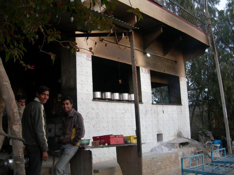 Hotel 1 -- U výjezdu z města ještě zastavujeme v hotelu (občerstvovně) na tradiční Indický čaj s mlékem. Tohle je pohled na kuchyni...