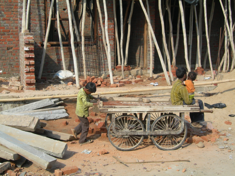 Stavební práce 3 -- Pro děti je staveniště ohromným eldorádem. Jen nevím, kolik jich při hraní v rozestavěných domech přijde k úrazu.
